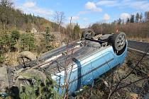 ŠKODA ROOMSTER mezi Zátorem a Novými Heřminovy narazila do oplocení lesní školky.