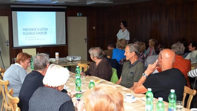 Seniory o prevenci a léčbě plicních chorob v rámci pravidelných přednášek vzdělávala lékařka Magda Burdová.