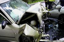 Hasiči vystříhávali dva zraněné krátce po nehodě u Karlovic z automobilu, celkem při střetu utrpělo újmu pět pasažérů ze dvou aut.