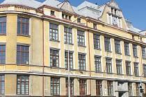 Budova gymnázia v Bruntále stojí na rušné křižovatce ulic Jesenická a Dukelská.
