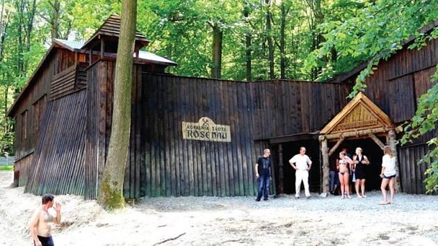 Ztracené město Rosenau je nový obří zábavní park poblíž Jindřichova, který kombinuje sport, relaxaci a vzdělávání. Mezi atrakce patří například tento zlatý důl se štolami.