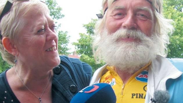 Zdeněk Novotný má rodinu, jakou mu může závidět každý cestovatel. Když se po třech měsících vrátil domů do Krnova, jako první ho objaly manželka Anička a dcera Bára.