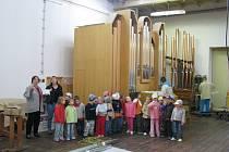 Malí návštěvníci viděli ukázky práce se dřevem i rozestavěné varhany v dílnách Střední umělecké školy varhanářské v Krnově.