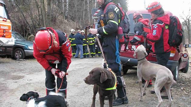 Bruntálští profesionální i dobrovolní hasiči spolu s psovody z Hejnic a záchranáři z České Kamenice nacvičovali v pátek 25. března a v sobotu 26. března několik společných zásahů.