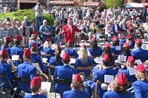 Dechový orchestr mladých vyhrával na Dni Země na krnovském náměstí.