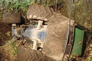 Vyprošťování lesáckého stroje z potoka v Břidličné.