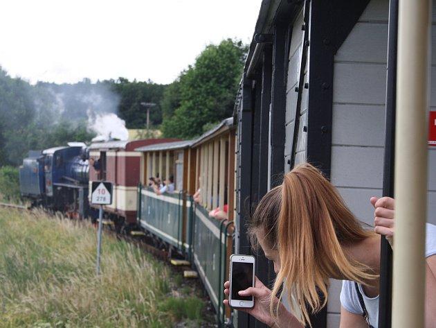 Fanoušci osoblažské úzkokolejky mohou ve středu i ve čtvrtek vyrazit v 10.45 hodin na cestu parním vlakem z Třemešné do Osoblahy. Z Osoblahy vyráží parní vlaky na zpáteční cestu v 15.10 hodin.