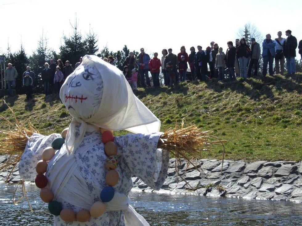 Smrtku je potřeba podle dávných slovanských tradic upálit a utopit jako oslavu nadcházejícího jara.