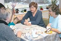 Senioři společný čas tráví často posezením u šálku kávy nebo čaje a hraním karet. Tuto činnost neoželeli ani v novém prostoru.
