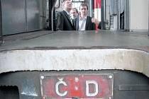 Krnovské opravny a strojírny KOS získaly zakázku na modernizaci 26 osobních vagonů Českých drah ČD za 182 milionů. Na snímku vlevo je náměstek generálního ředitele ČD pro osobní dopravu Antonín Blažek při návštěvě dílen KOS.