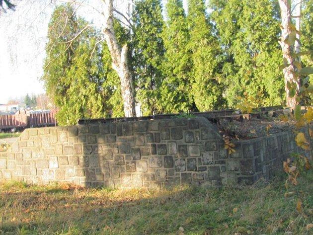 Osiřelý podstavec zůstal vKrnově jako vzpomínka na lokomotivu, která zkrášlovala nádraží přes čtyřicet let.