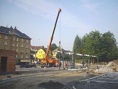 Autobusové nádraží v Rýmařově dostává nový vzhled, cestující budou moct po dokončení využít i nových veřejných toalet.
