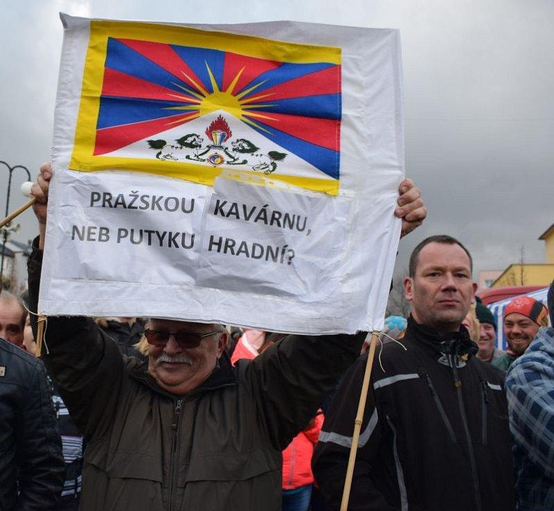 V Rýmařově se na náměstí Míru objevili lidé s tibetskou vlajkou.