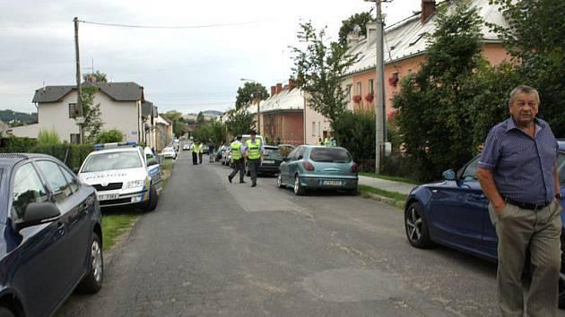Policisté vyvádějí novináře z místa činu rodinné tragédie.