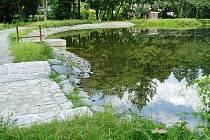 Průzračnou hladinu získal díky očistě dna a dalším úpravám Valšovský rybník, který lze navštívit při výjezdu na hrad Sovinec u Jiříkova na Rýmařovsku.