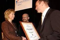Alena Skácelová přebírá cenu od ministra vnitra Ivana Langera.