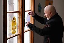 Kastelán Jaroslav Hrubý se na přípravách Velikonočního jarmarku nadřel jako obvykle. Když zjistil, že letos nebude, pozvali s Karlem Knappem fanoušky aspoň na virtuální prohlídku. Foto: Karel Knapp