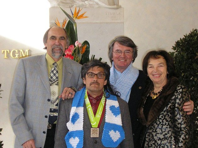Ředitel Krajánku ve Městě Albrechticích Miloslav Juráň (vlevo) je také trenérem hendikepovaných sportovců. Jeho svěřenec Vilém Gabčo (v popředí) reprezentoval Českou republiku v běhu na lyžích na speciální zimní olympiádě v USA.