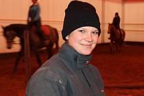Bára Švrlanská má koně ráda. Ví, že jezdectví není jen o zábavě, o čtyřnohé miláčky je nutné se starat.