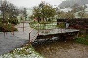 První stupeň povodňové aktivity byl na Krnovsku vyhlášen jen v Radimi u Brantic, kde v noci kulminovaly průtoky na potoce Krasovka. V tuto chvíli už hladina zase klesá.
