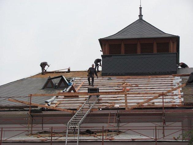 Pokrývači se vrátili na střechu krnovského divadla po deseti letech. V těchto dnech sem vrací přírodní břidlici, která nahradí eternitové šablony. Součástí rekonstrukce střechy je zpevnění, oplechování a systém proti pádu sněhu.