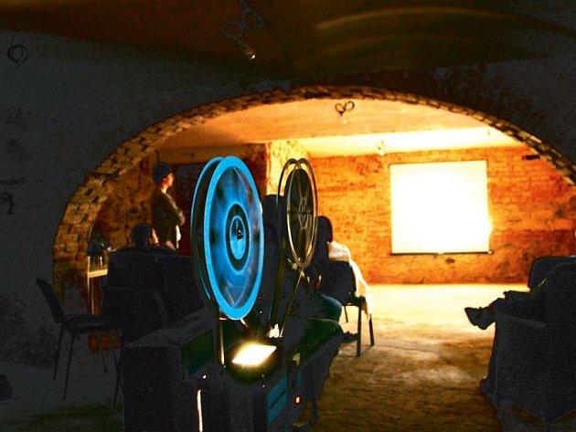 Biograf Sklep se premiérově představil Krnovanům. Promítač Libor Varyš ukázal, co obnáší promítání filmového pásu o šířce 16 milimetrů. Toto promítačské umění upadá v zapomnění a starou techniku udržuje v provozuschopném stavu jen pár nadšenců.