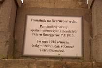 Mohyla dnes připomíná jak Petera Roseggera, tak Petra Bezruče. Pro jistotu je nová pamětní deska z plastu, aby nelákala chmatáky.