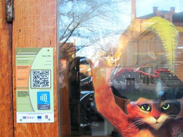 Návštěvníci krnovského kina Mír si možná všimli, že vlevo od hlavního vchodu se nachází malá cedulka s QR kódem a NFC čipem.