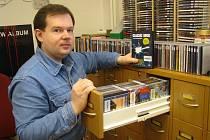 Petr Muclinger nabízí návštěvníkům knihovny k vypůjčení či poslechu z téměř dvou tisíc hudebních CD a DVD disků.