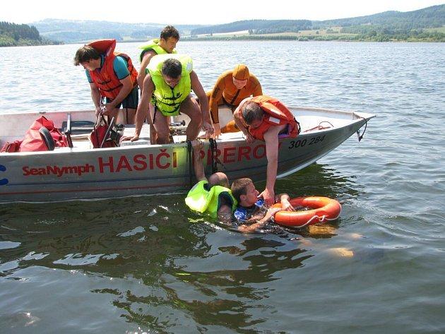 Účastníci soutěže ve vodním záchranářství Harta 2008 museli prokázat široké spektrum svých schopností.