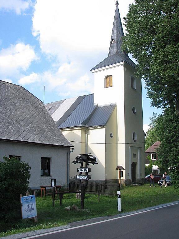 Rejvíz s velkým přírodním tahákem, Velkým mechovým jezírkem, patří údajně k druhému nejnavštěvovanějšímu místu v Jeseníkách. Na snímku je kostel v obci Rejvíz