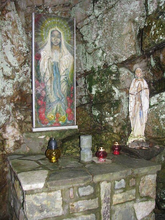 Rejvíz s velkým přírodním tahákem, Velkým mechovým jezírkem, patří údajně k druhému nejnavštěvovanějšímu místu v Jeseníkách.  Na snímku Lurdská jeskyně. K místu turisté dorazí značenou odbočkou z turistické trasy.