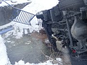 Vyproštění nákladního auta Mercedes Atego z potoka Krasovka v obci Krasov.