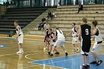Basketbalistky Slavoje Bruntál (v tmavém) v zápase s Kolínem.