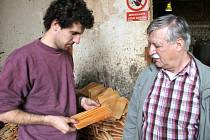 Ruční manufakturou nazývá svou živnost šindelář Vladimír Hlobil z Malé Morávky. Modřínové šindele vyrábí v manufaktuře i pokračovatel rodinné tradice Vladimír Hlobil mladší, který zpracování dřeva studuje na vysoké škole.