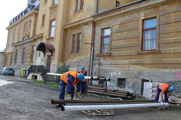 Stavební dělníci obsadili chodby a další prostory bruntálského Petrinu. Škola se za několik měsíců promění vmultifunkční budovu.