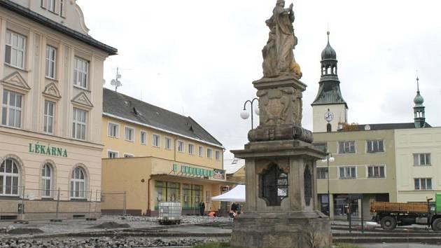 Mezi muzeem a radnicí na náměstí Míru v Rýmařově vzniká nová kašna.