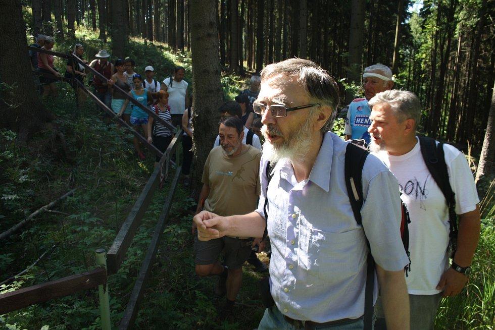 JOSEF VEČEŘA dokáže z mapy číst o historii naleziště jako z knihy.  Stejně tak mu dávají smysl kopečky a dolíky v lese, kterých si laik ani nevšimne.