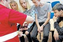 Bruntálští deváťáci ze základní školy Jesenická si vyzkoušeli práci záchranářů.