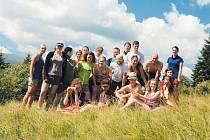 České značení, které tvoří bílý a barevný pruh, šipky a rozcestníky je pro Ukrajince novinkou. Letos vyrazili čeští dobrovolníci na Zakarpatskou Ukrajinu, aby vyznačili 55 kilometrů turistických tras kolem vesnic Ljuta a Tichyj.