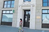 Informační centrum a městská knihovna mají adresu v Masarykově ulici, stejně jako radnice. Návštěvníci však vstupují z Mírového náměstí.