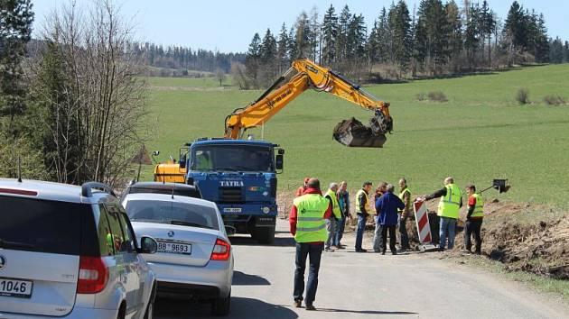 Ke Slezské Hartě se momentálně motoristé směrem od Bruntálu nedostanou kvůli úplné uzávěře na konci Meziny ve směru na Dlouhou Stráň.