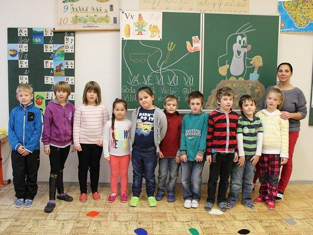 Třída 1B. Základní školy a Mateřské školy Horní Benešov. Prváčci spolu se svou třídní učitelkou Veronikou Maňáskovou.