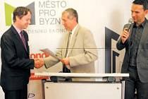 Slavnostního udílení krajských ocenění ve srovnávacím výzkumu Město pro byznys se v úterý v ostravském Hotelu Imperial zúčastnil za město Krnov místostarosta Michal Brunclík (vlevo).