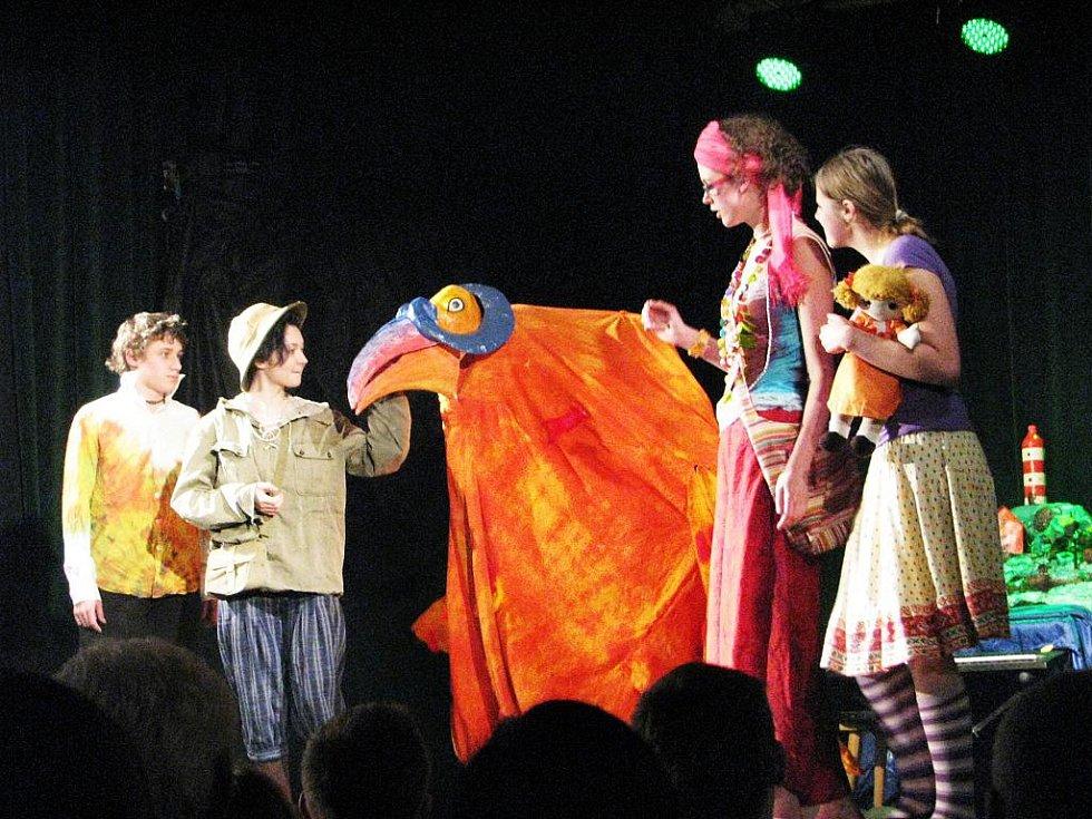 Obří pták Bobo, v jehož útrobách se skrýval Lukáš Košík kraloval pódiu nejen díky křiklavým barvám, ale i pro nepřeberné množství vtipných hlášek.