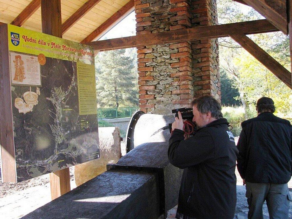 Turisté mohou zhlédnout turbíny Haag a Jonval z Müllerova brusu na dřevo, zvaného Rote Papierfabrik.