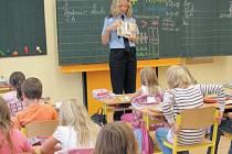 Žáci druhých tříd v Krnově se budou opět setkávat s Policií ČR v rámci preventivní výuky s názvem Ajaxův zápisník. Během výuky si policistka Pavlína Welnová povídá s dětmi, vypráví příběhy a zábavnou formou je učí o správném chování pro celý život.