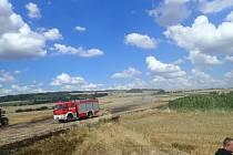 Požár přímo na česko polské hranici zničil 15 hektarů obilí. Proti ohni zde bojovaly jednotky českých i polských hasičů.