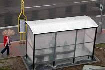 Pod novým přístřeškem  se mohou před nevlídným počasím už nyní schovat cestující, kteří čekají na autobusové zastávce na Nádražní ulici v Bruntále.