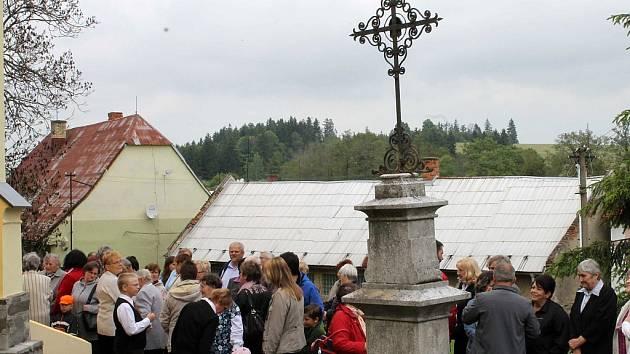 Na podstavec původního kříže postavili při červnovém vysvěcení kostela ve Vajglově pouze provizorní kovovou náhradu. Sokl nyní čeká nový, mramorový kříž.